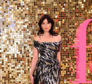 """Daisy Lowe, jolie diva dans sa robe de cockail à la première mondiale du film """"Absolutely Fabulous""""."""