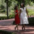 On aime beaucoup la robe blanche de Michelle, plus moderne, plus estivale. Comme trop souvent, Letizia manque d'audace !