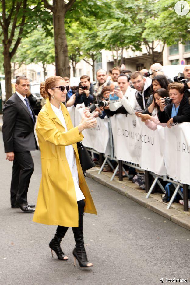 Céline Dion porte un trench jaune Jil Sander.