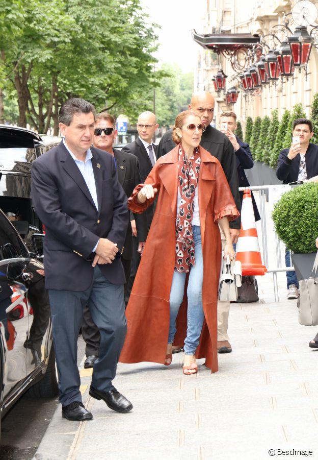 Céline Dion porte un manteau Off White, une écharpe et un sac Céline.