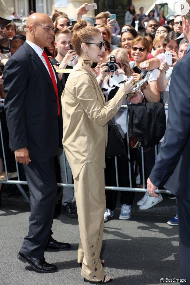 Céline Dion en look monochrome à Paris.