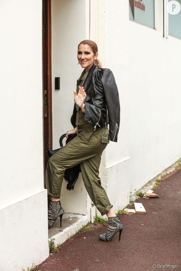 Céline Dion en combinaison kaki et perfecto joue l'allure rock à fond.