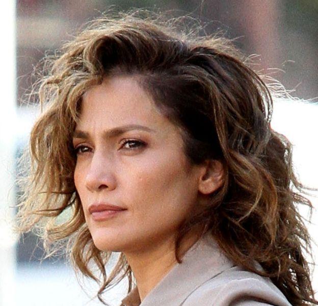 """Jennifer Lopez aperçue dans les rues de NY en juin dernier sur le tournage de la série """"Shades of Blue"""" qu'elle produit."""