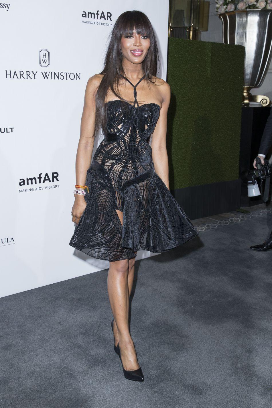 Naomi Campbell, canon dans un look corseté et transparent. Le top ne prend pas une ride !