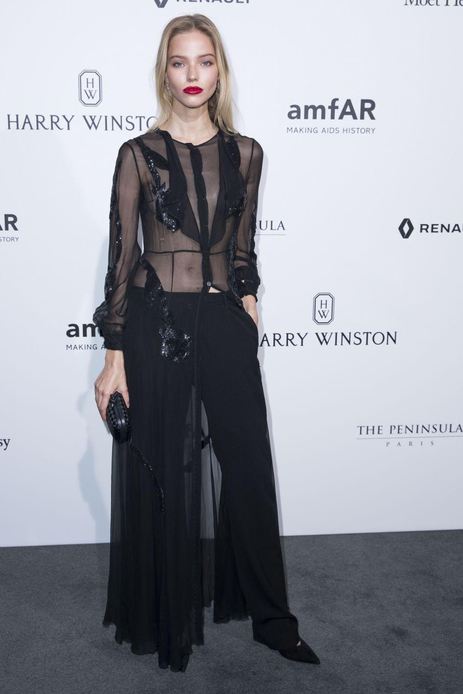 Le mannequin russe Sasha Luss a opté pour un top transparent au dîner de gala de l'amfAR à l'hôtel Peninsula, le 3 juillet 2016.