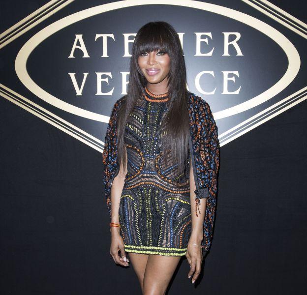 Naomi Campbell, radieuse au défilé Haute Couture Atelier Versace à Paris, le 3 juillet 2016.