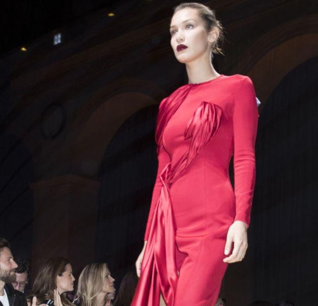 Bella Hadid au défilé de mode Haute-Couture automne-hiver 2016/2017 Atelier Versace à Paris, le 3 juillet 2016. Le mannequin a vu sa carrière décoller depuis un an.