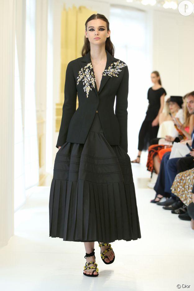 Les broderies et autres détails repérées sur les silhouettes Dior sont toujours d'une précision d'exception.