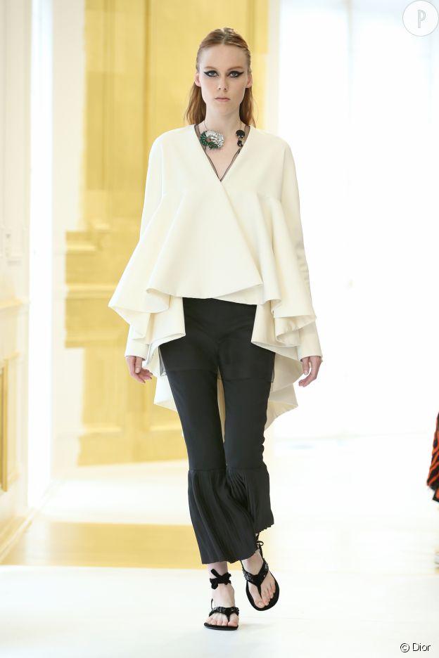 Les mannequins portaient des chaussures tongs sur le défilé Dior Haute Couture.