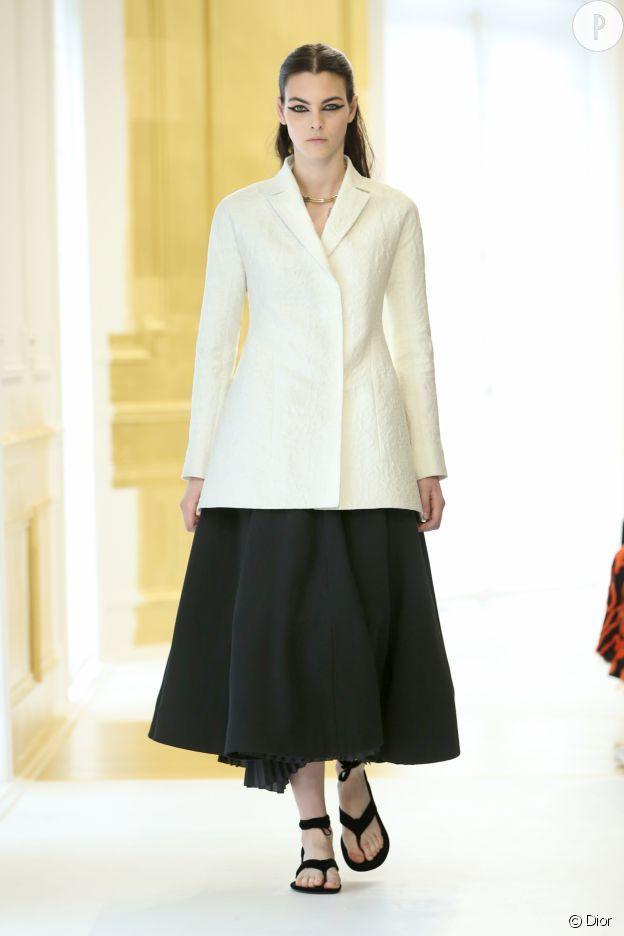 Le tailleur Bar de Dior est revisité de mille façons sur le show Haute Couture.
