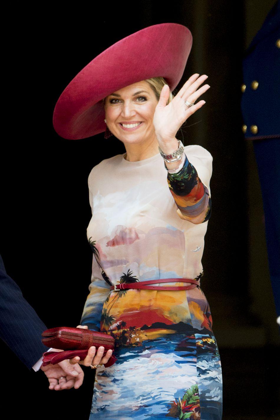 La robe est signée Valentino, tirée de leur collection Hawaiian couture.