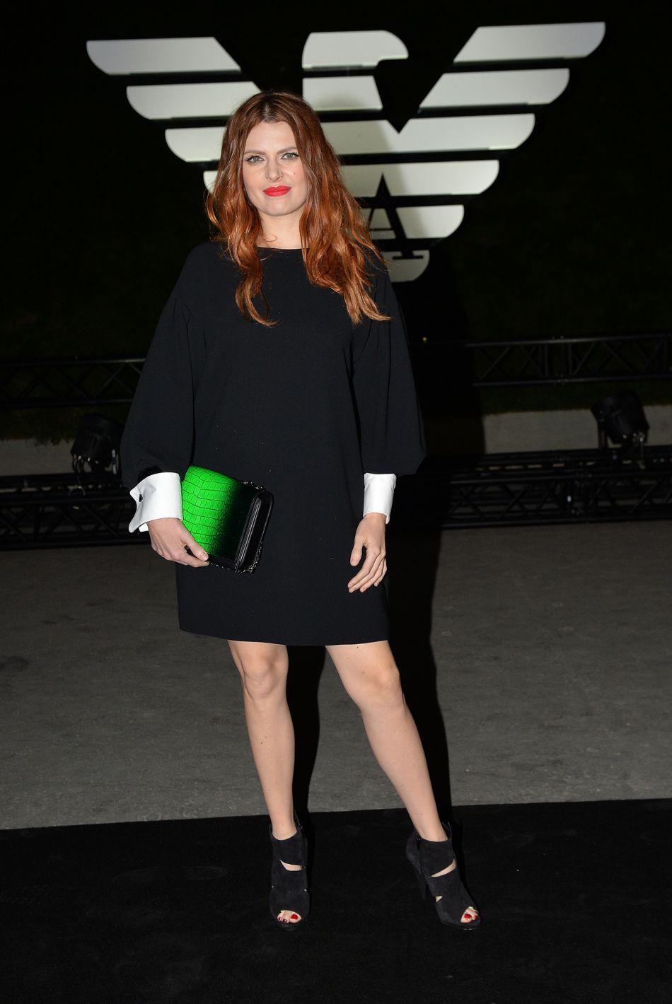 Elodie Frégé et son look canon au défilé Giorgio Armani collection prêt-à-porter Printemps-Eté 2017.