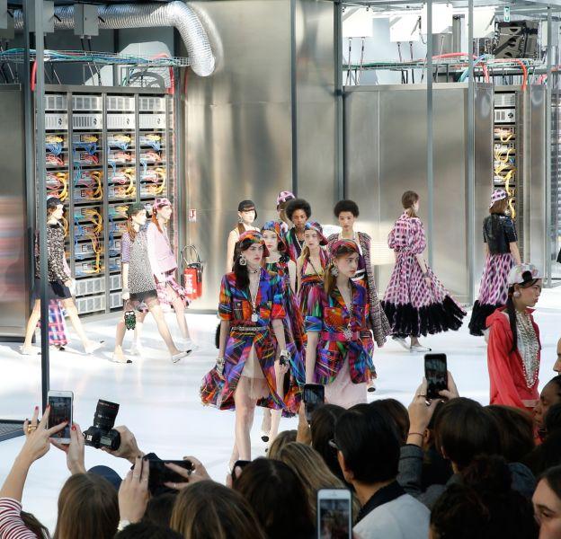 Chanel dévoile sa collection Printemps-Eté 2017 dans un décor data center.
