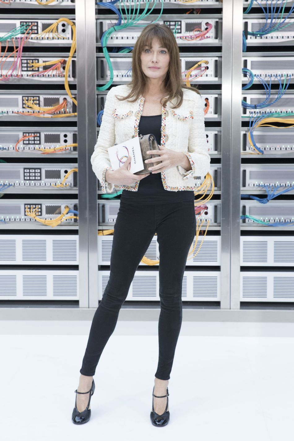 Chanel printemps-été 2017 : Carla Bruni a affiché ses longues jambes dans un slim noir.