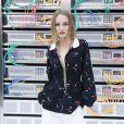 Egérie Chanel, Lily-Rose Depp a assisté au show dans une veste de la maison.