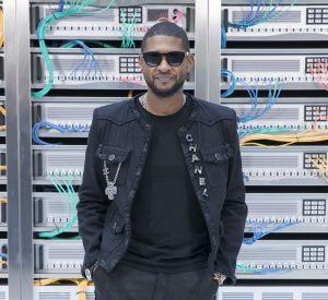Chanel printemps-été 2017 : Usher arbore fièrement le logo de la maison sur sa veste.