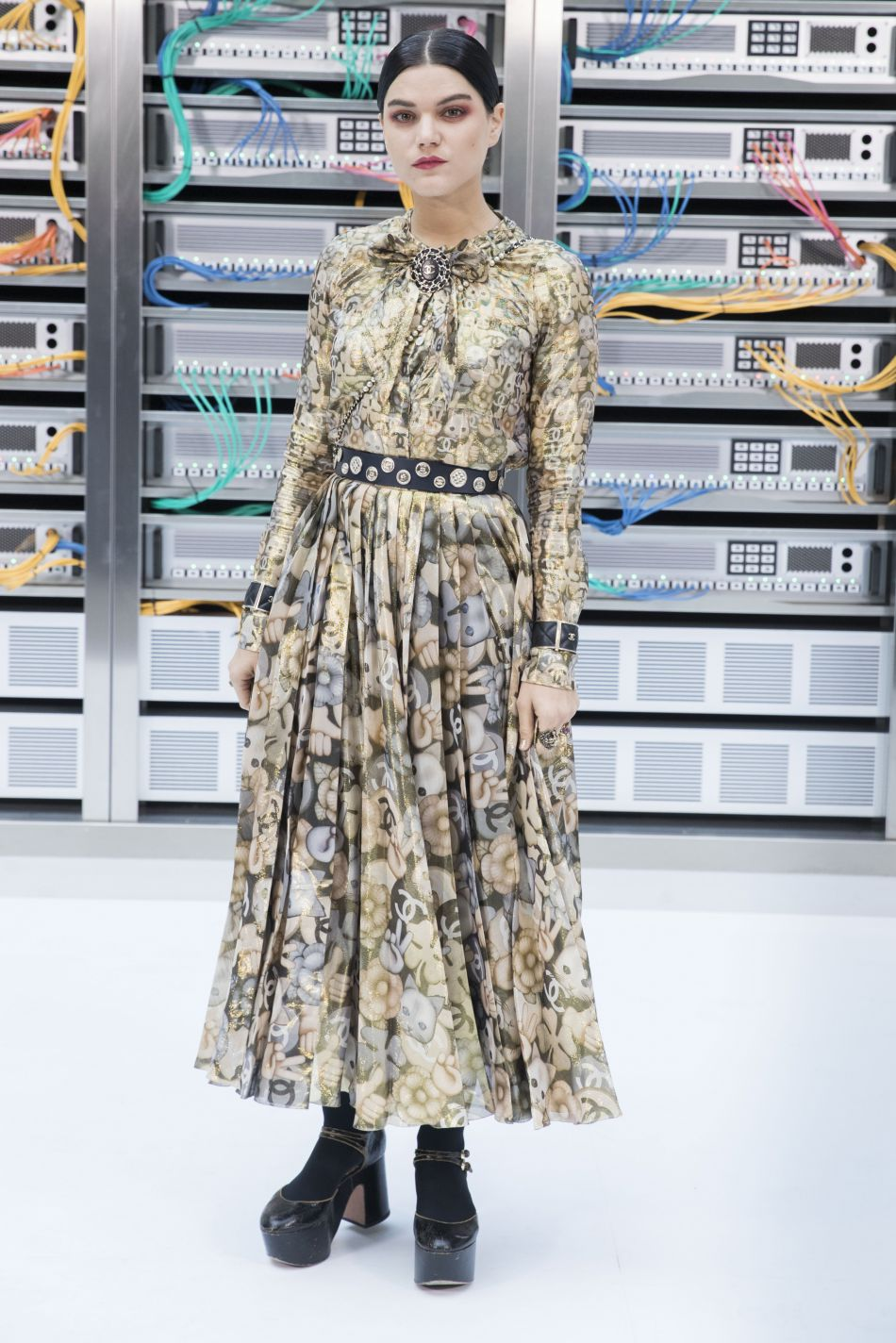 Chanel printemps-été 2017 : Soko dans une robe Chanel bardée de chatons et de fleurs.