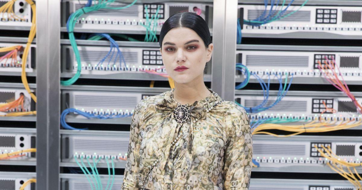 Chanel printemps-été 2017 : Soko dans une robe Chanel ...
