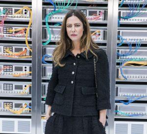 En fidèle de la maison Chanel, Anna Mouglalis arbore un ensemble de la marque.