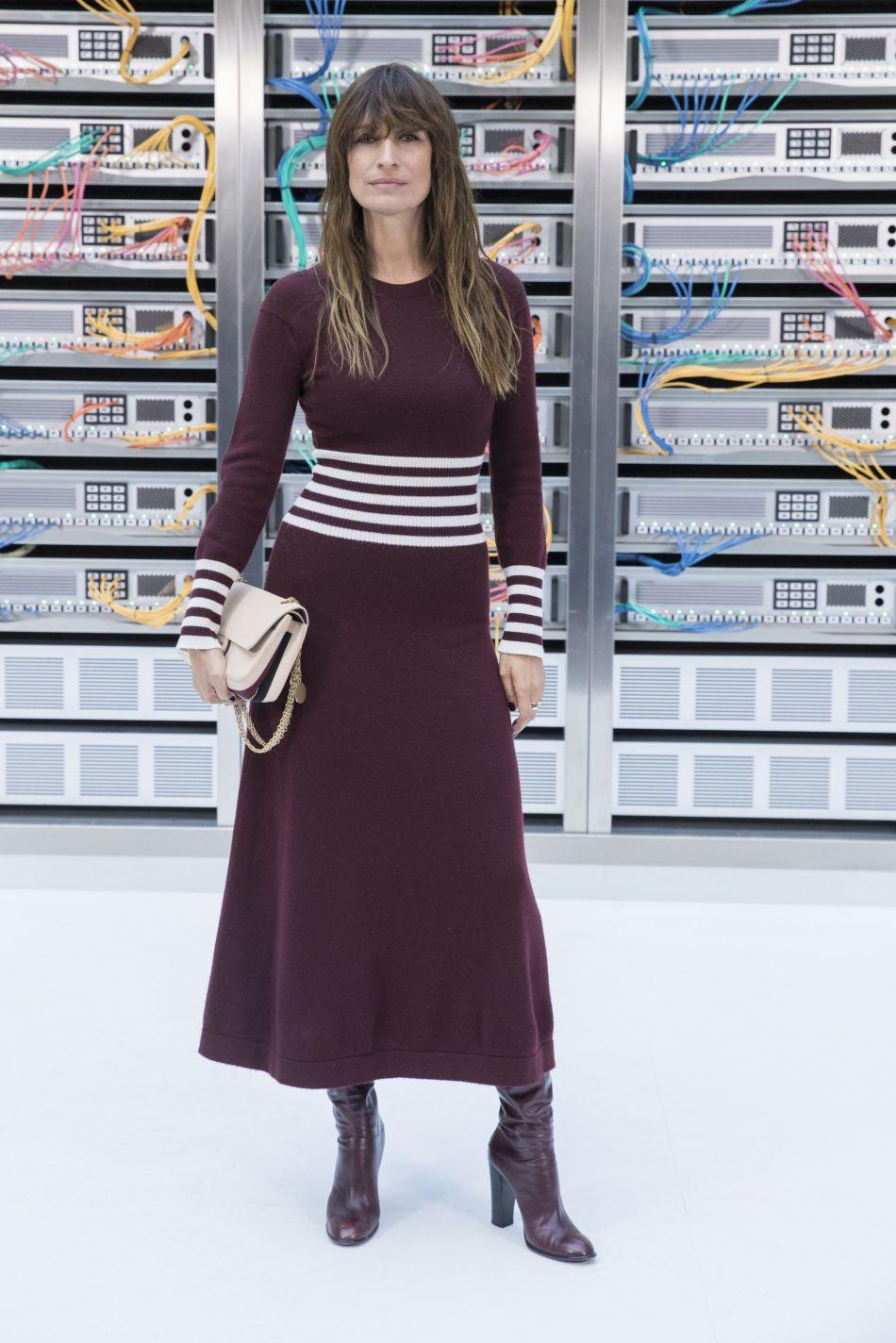 Chanel printemps-été 2017 : Caroline de Maigret opte pour le bordeaux, couleur de la saison.