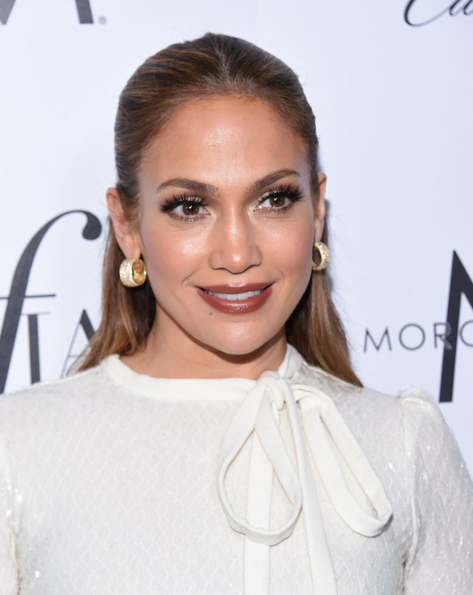 Jennifer Lopez dévoile son décolleté sur la Toile.