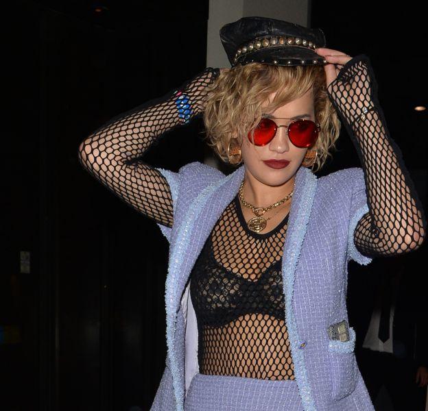 La chanteuse Rita Ora dévoile à nouveau son corps de rêve en lingerie.