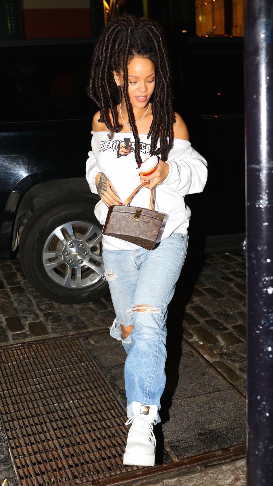 Rihanna en dreadlocks, jean boyfriend et sweat à épaules dénudées.
