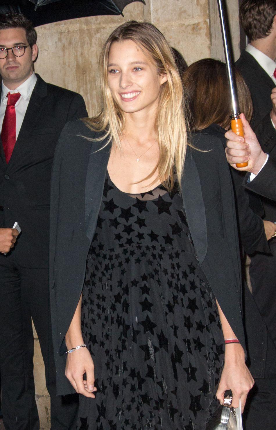 Ilona Smet radieuse pour la Fashion Week parisienne.