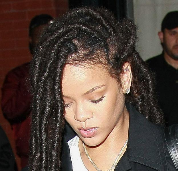 Rihanna est de retour à New-York avec style vestimentaire plus simple après avoir assisté à la Fashion Week parisienne.