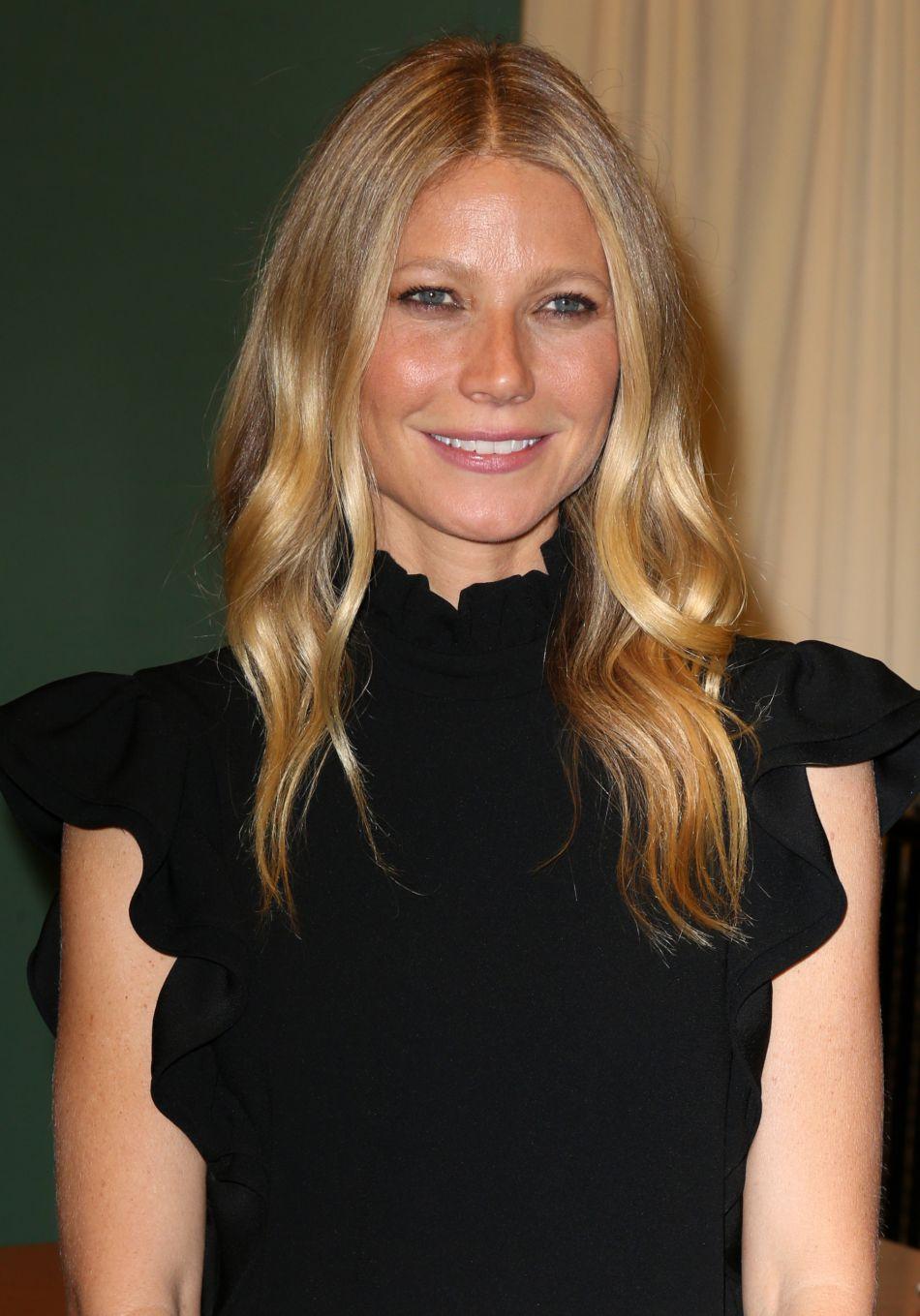 L'actrice Gwyneth Paltrow pose en sous-vêtements pour le magazine Harper's Bazaar.
