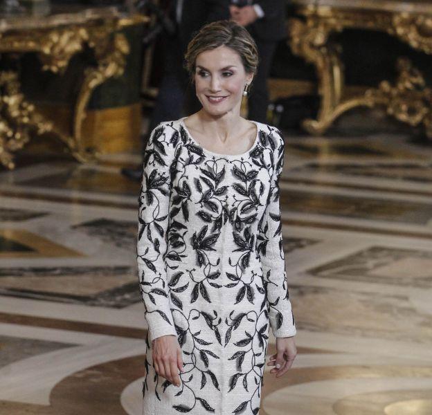 Letizia d'Espagne et sa robe blanche et noire lors des cérémonies de la fête nationale.