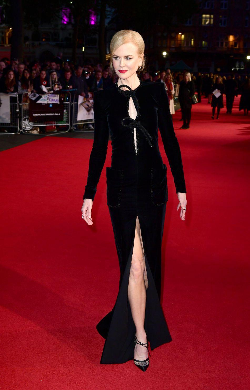 L'actrice australienne sublime en robe noire fendue.