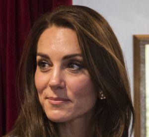 Kate Middleton : manteau graphique et escarpins marine pour aller à Manchester