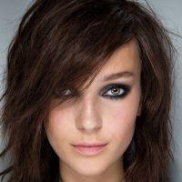 10 coiffures pour affiner son visage puretrend - Coupe carre plongeant long visage rond ...