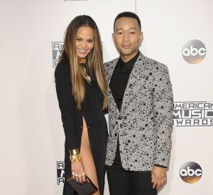 Chrissy Teigen et son mari John Legend sur le tapis rouge des American Music Awards à Los Angeles, le 20 novembre 2016.