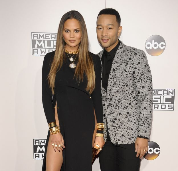 Chrissy Teigen et son mari John Legend sur le tapis rouge des American Music Awards à Los Angeles, le 20 novembre 2016.