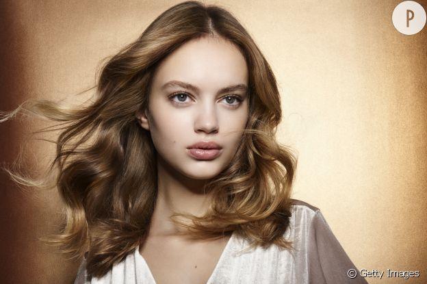 Les cheveux brillants doivent être entretenus au quotidien.