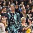 Le cuir saturne et de l'argenté règnent en maîtres sur le podium de Chanel.