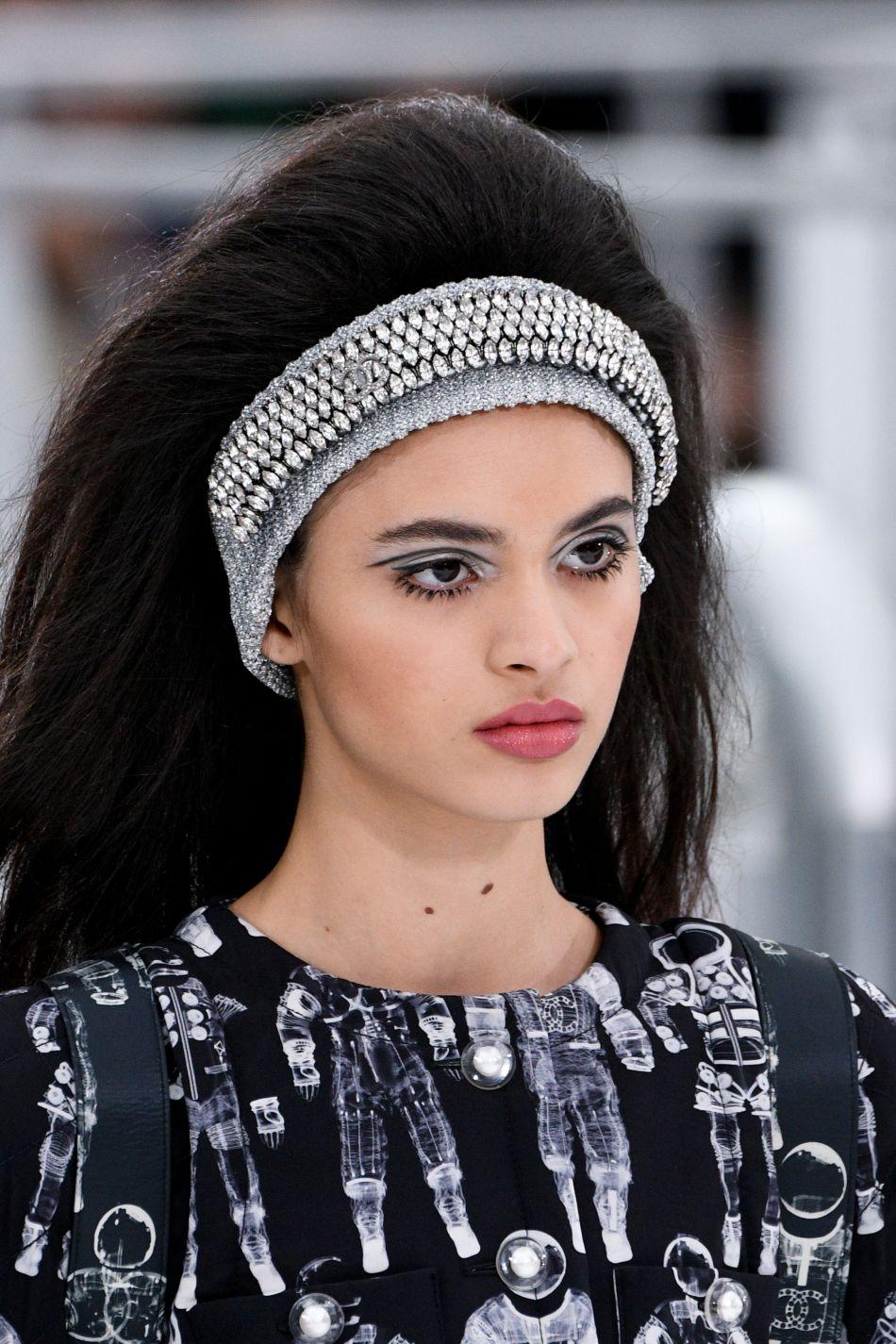 Le maxi headband est l'accessoire phare de cette collection.