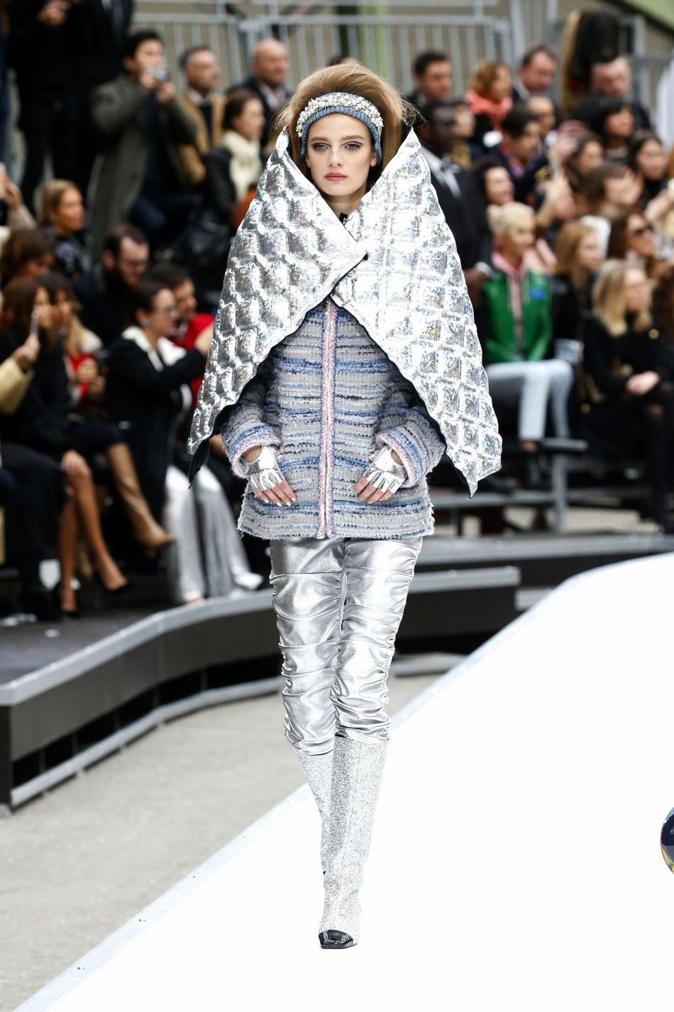 Le cuir saturne et l'argenté sont à l'honneur sur le podium de Chanel.