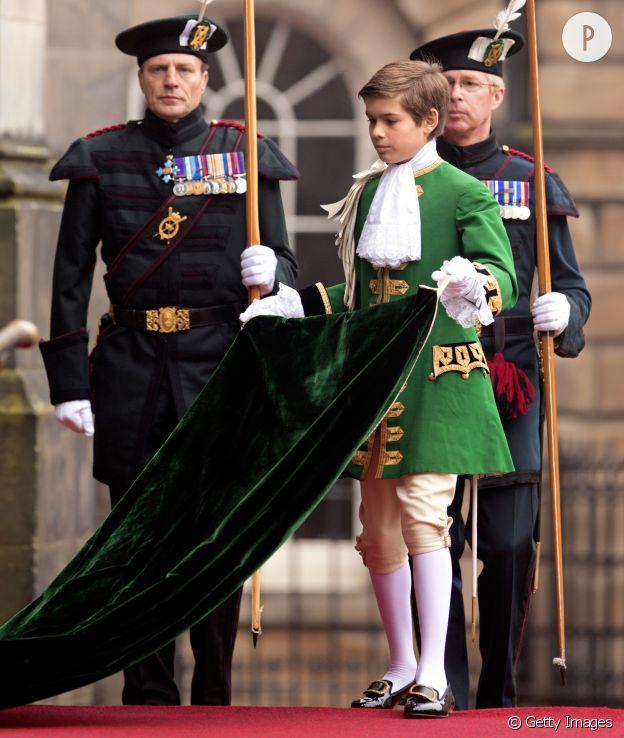 Arthur en 2012 portant la traine de la reine Elizabeth II.