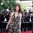 """Fidèle à Nicolas Ghesquière, Charlotte Gainsbourg a opté pour une robe Balanciaga avec incrustation de clous. Alliance de couture et de référence rock, Charlotte reste dévouée à son style """"d'effrontée chic""""."""