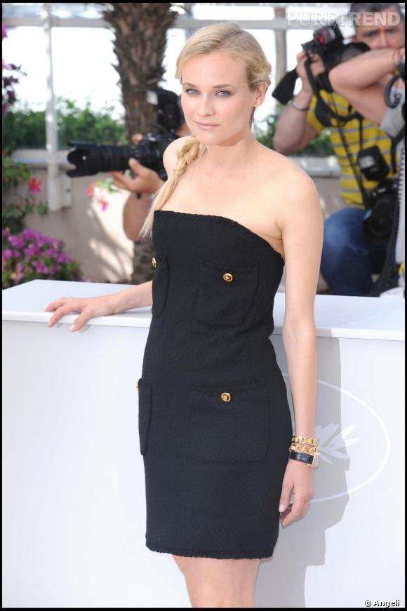 Luxe, calme et simplicité. [people=2113]Diane Kruger[/people] joue avec les codes de la maison [brand=4294719633]Chanel[/brand] . Robe fourreau en tweed, bracelet chainette. Une coiffure à l'image de la robe : Une natte de coté, sagement tressée qui remplace audacieusement un sac ou une pochette.
