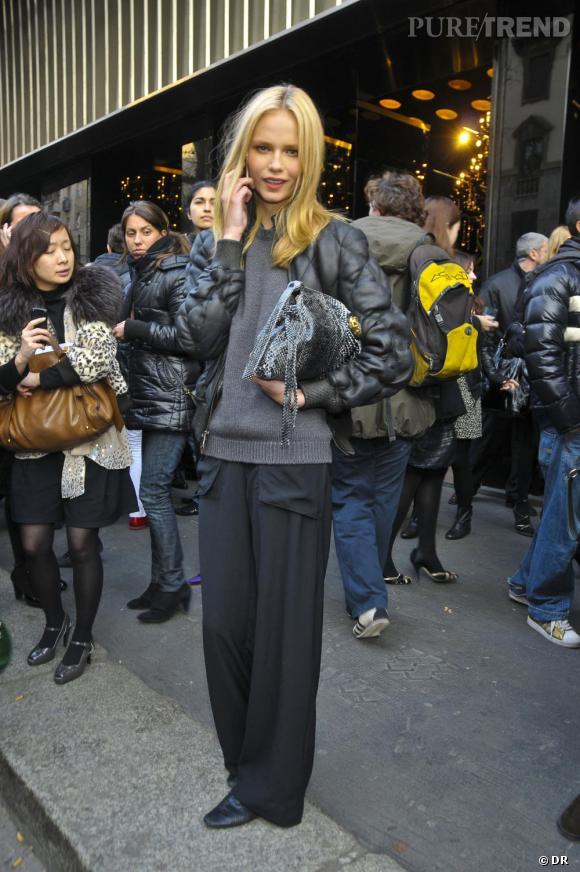 Dans la vie, [people=2095]Natasha Poly[/people] , opte pour un look trés casual, pantalon flare, doudoune noire et pochette siglée.