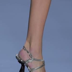 Pour la maison [brand=4294773786]Dior[/brand], la chaussure devient tribal et le talon une statuette africaine.