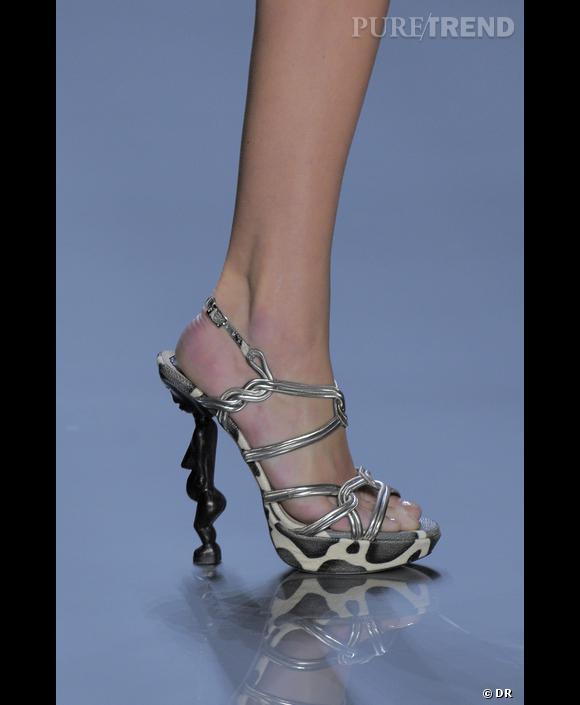 Pour la maison  [brand=4294773786] Dior [/brand] , la chaussure devient tribal et le talon une statuette africaine.