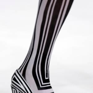 Zèbre psychédélique. La chaussure devient caméleon et s'adapte au collant. Pour cet été [brand=4294907609]Viktor & Rolf[/brand] voient nos pieds en noir et blanc.
