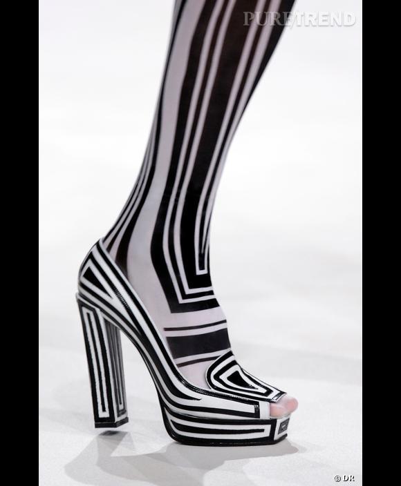 Zèbre psychédélique. La chaussure devient caméleon et s'adapte au collant. Pour cet été  [brand=4294907609] Viktor & Rolf [/brand]  voient nos pieds en noir et blanc.