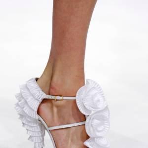 Du satin, des collerettes, du volant pour [brand=4294907609]Viktor & Rolf[/brand] , l'escarpin se transforme en robe de gala.