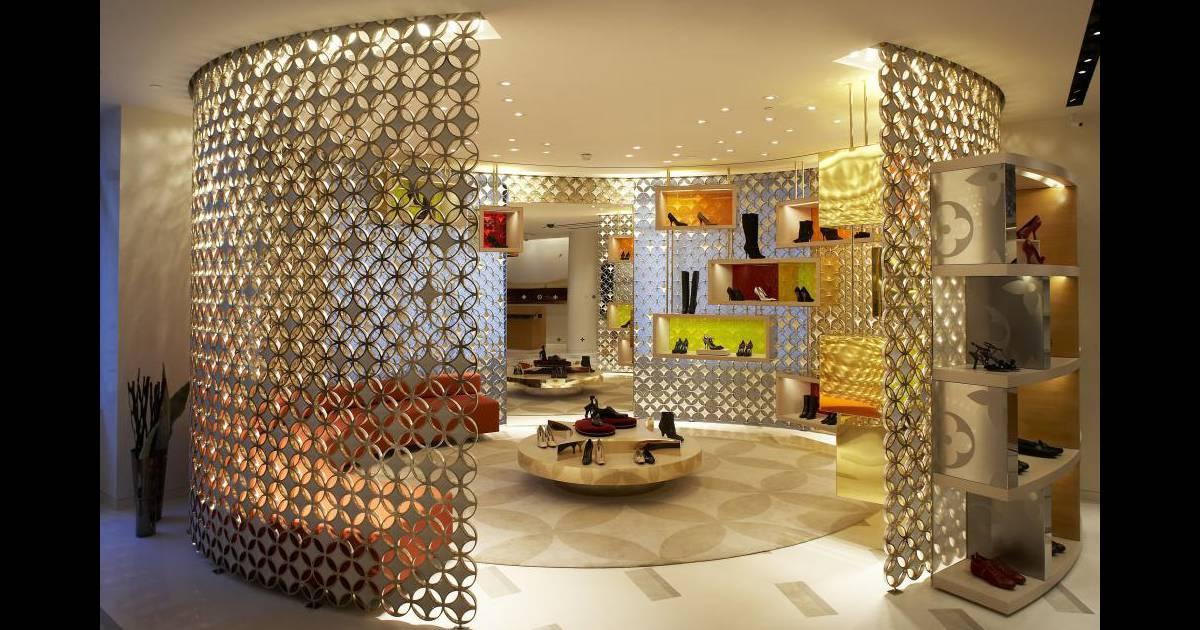 espace souliers femme entour d 39 un mur en maille. Black Bedroom Furniture Sets. Home Design Ideas